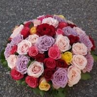 Cousin funéraire de roses multicolores